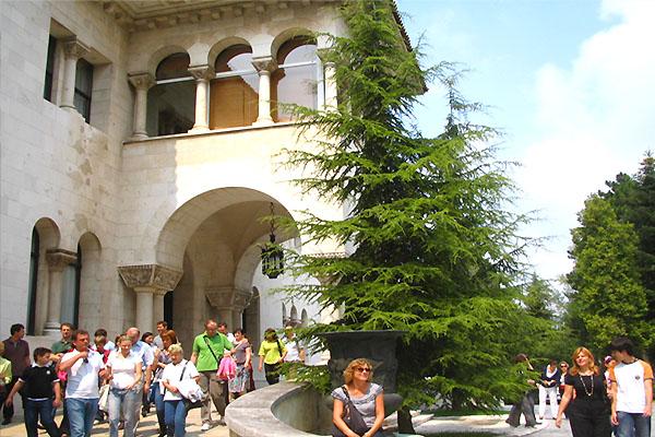 """割と普通の建物だった """"セルビア王宮"""" ツアー"""