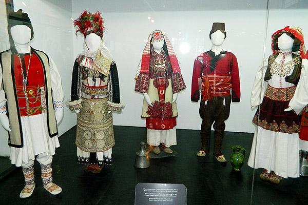 民族衣装をズラ~っと展示!セルビア民族衣装博物館