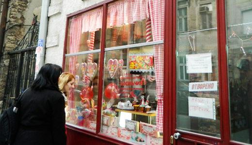 """この道80年の飴職人のお店  """"Bombondžija""""で、ラトゥルクを"""