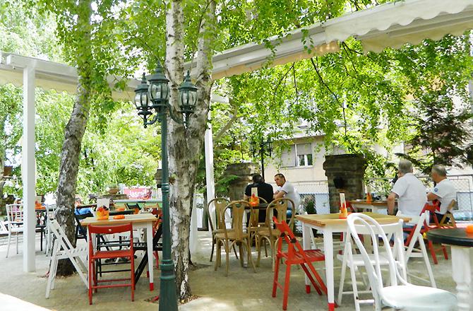 """シラカバの木の下でカフェ """"Bar Bajloni"""""""