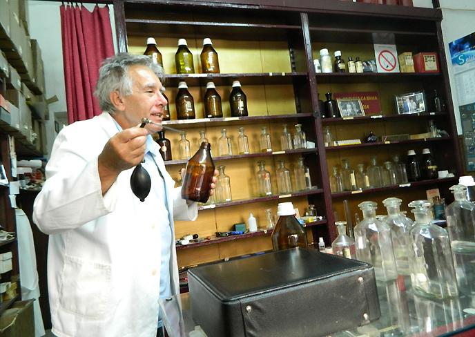 香水の説明をするヨバノブ氏
