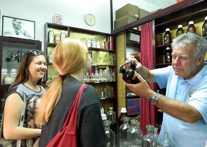 香水を買いに来た女性客とヨバノブ氏