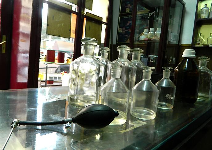 卓上の香水ボトルと詰め替えポンプ