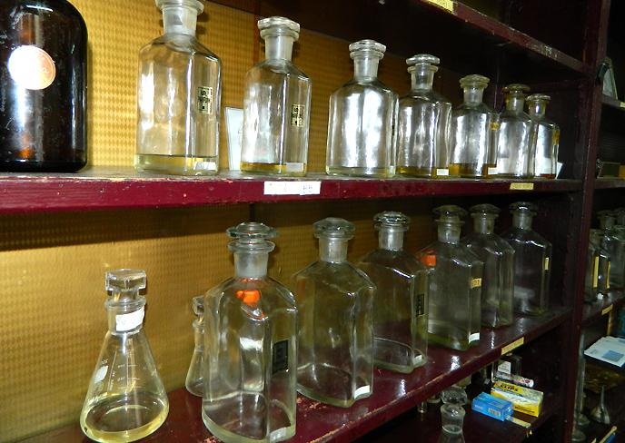 棚に並ぶ香水のボトル